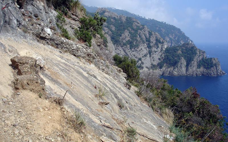 passage équipé de chaines entre San Fruttuoso et San Rocco de Camogli